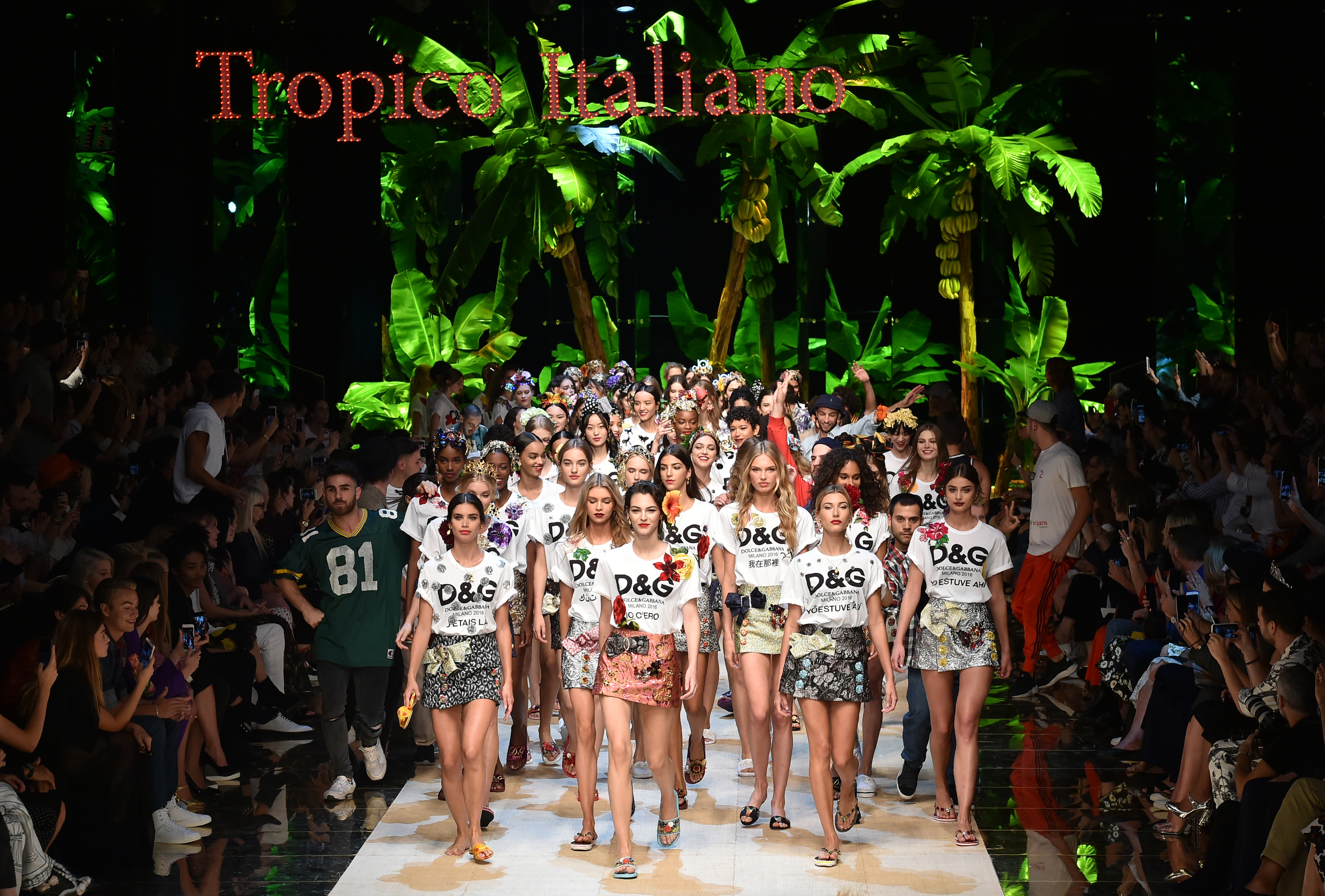 Models present creations for fashion house Dolce Gabbana during the 2017 Women's Spring / Summer collections shows at Milan Fashion Week on September 25, 2016 in Milan. / AFP PHOTO / ALBERTO PIZZOLI