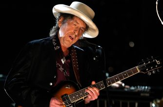 CULVER CITY, CA - JUNE 11:  Musician Bob Dylan performs onstage during the AFI Life Achievement Award: A Tribute to Michael Douglas at Sony Pictures Studios on June 11, 2009 in Culver City, California.  (Photo by Kevin Winter/Getty Images for AFI)