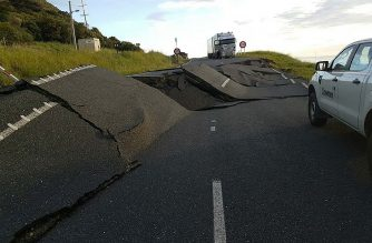 A handout photo taken and received on November 14, 2016, show earthquake damage to State Highway One near Oaro on the South Island's east coast.  A powerful 7.8-magnitude earthquake killed two people and caused massive infrastructure damage in New Zealand, but officials said they were optimistic the death toll would not rise further.  The jolt, one of the most powerful ever recorded in the quake-prone South Pacific nation, hit just after midnight near the South Island coastal town of Kaikoura. / AFP PHOTO / NEW ZEALAND TRANSPORT AGENCY / STR