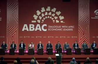 Leaders take part in the start of the ABAC and APEC Leaders' Dialogue at the Asia-Pacific Economic Cooperation Summit in Lima on November 19, 2016. Pacific Rim leaders are meeting in Peru on November 19-20 to push for continued free trade against the backdrop of rising protectionism globally.  / AFP PHOTO / RODRIGO BUENDIA