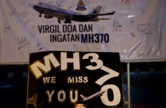 (FILES) This file picture taken on March 6, 2015 shows a board bearing solidarity messages during a gathering to mark the one-year anniversary of the disappearance of Malaysia Airlines flight MH370 in Kuala Lumpur.  The deep ocean hunt for missing passenger jet MH370 has been suspended after nearly three years without result, the Australian, Malaysian and Chinese governments said on January 17, 2017. / AFP PHOTO / MANAN VATSYAYANA