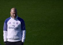 Real Madrid's French coach Zinedine Zidane attends a training session at Valdebebas Sport City in Madrid on February 17, 2017 on the eve of their Liga's football match against Espanyol. / AFP PHOTO / PIERRE-PHILIPPE MARCOU