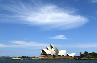 A ferry passes in front of the Sydney Opera House on September 7, 2016. Australia's economy grew by 0.5 percent in the June quarter with an upswing in government spending offsetting a fall in net exports as the nation marked 25 years of unbroken economic expansion. / AFP PHOTO / WILLIAM WEST