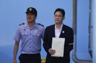 Samsung Group heir Lee Jae-yong leaves the Seoul Central District Court following his verdict in Seoul on August 25, 2017. The heir to the Samsung business empire, which includes the world's biggest smartphone maker, was sentenced to five years in prison for bribery and other offences in connection with the scandal that brought down South Korean president Park Geun-Hye. / AFP PHOTO / POOL / Chung Sung-Jun