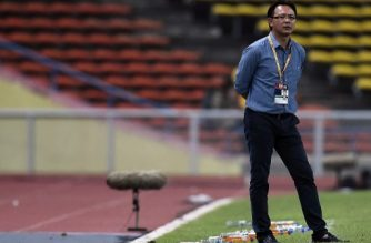 Malaysia's interim football coach Ong Kim Swee looks on during the 2018 FIFA World Cup qualifying football match between Malaysia and Saudi Arabia in Shah Alam on September 8, 2015. Flare-throwing fans forced Malaysia's World Cup qualifier with Saudi Arabia to be abandoned, as they vented their anger over last week's record 10-0 defeat to UAE.   AFP PHOTO / MANAN VATSYAYANA / AFP PHOTO / MANAN VATSYAYANA