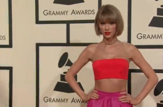 Taylor Swift posing for photographers at award shows (Photo grabbed from Reuters video)