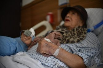 Mexican artist Adela Peralta Leppe, 87-year-old, who was rescued from the rubble after the building where she lived collapsed during a 7.1 earthquake in Mexico, answers questions during an interview in a hospital in Mexico on September 26, 2017.  Adela was saved national firefighters after surviving 32 hours under the rubble when her home was destroyed by an earthquake on September 19.   / AFP PHOTO / YURI CORTEZ