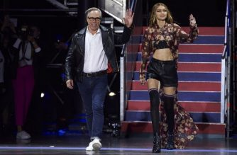 US designer Tommy Hilfiger (L) and US model Gigi Hadid greet the crowd after the catwalk show for the Spring/Summer 2018 collection on the fifth and final day of The London Fashion Week Women's in London on September 19, 2017. / AFP PHOTO / NIKLAS HALLE'N