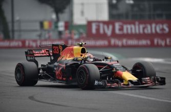 Red Bull's Dutch driver Max Verstappen powers his car to win the Formula One Mexico Grand Prix at the Hermanos Rodriguez circuit in Mexico City on October 29, 2017. / AFP PHOTO / YURI CORTEZ