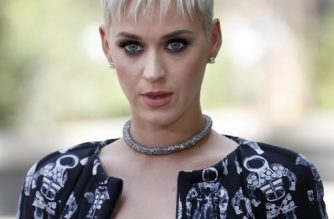 (FILES) This file photo taken on July 4, 2017 shows US singer Katy Perry during the photocall before the Chanel 2017-2018 Fall/Winter Haute Couture collection show in Paris, France.  Perry made a surprise appearance at an American couple's wedding over the weekend, taking photos and dancing with the newlyweds at their reception in St Louis. Perry was in the midwestern city for a concert, when she and her entourage surprised newlyweds Hayley Rosenblum and Blonie Dudney at the Four Seasons Hotel on October 21, 2017.  / AFP PHOTO / Patrick KOVARIK