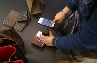 In a designer-obsessed world, counterfeiters run amok. New York startup Entrupy has found a way to fight the fakes with a handheld microscope camera that lets users with their smartphones detect the difference between real Gucci, Chanel, Hermès and Louis Vuitton luxury handbags and frauds.(photo grabbed from Reuters video)