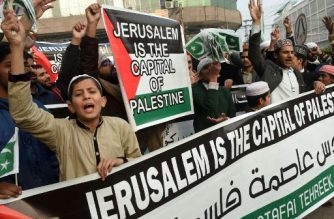 Pakistani demonstrators shout anti-US and Israel slogans in a rally in Lahore on December 14, 2017, following US President Donald Trump's decision to officially recognise Jerusalem as the Israeli capital.  Islamic leaders on December 13 urged the world to recognise occupied East Jerusalem as the capital of Palestine, as Palestinian president Mahmoud Abbas warned the United States no longer had any role to play in the peace process. / AFP PHOTO / ARIF ALI