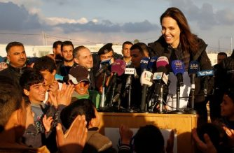 United Nations refugee agency special envoy Angelina Jolie holds a press conference during a visit to Jordan's Zaatari camp for Syrian refugees on January 28, 2018. / AFP PHOTO / Khalil MAZRAAWI