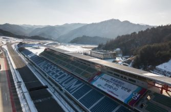 A general view shows a welcoming message for North Korean Olympic supporters, at the Inje Speedium, a racetrack and hotel complex north of Pyeongchang reported to be the accomodation venue for hundreds of North Korean winter sports supporters due to arrive ahead of the 2018 Pyeongchang winter Olympics, in Inje on February 3, 2018. / AFP PHOTO / Ed JONES